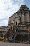 Scala dell'entrata con la statua di Buddha ed insegne a Wat Chedi Luang fotografia stock libera da diritti