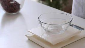 Scala della cucina di Digital con la ciotola di crema pesante immagini stock libere da diritti