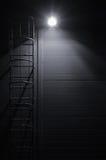 Scala della scala di fuga di accesso di salvataggio di emergenza del fuoco, scale di manutenzione del tetto alla notte Fotografie Stock Libere da Diritti