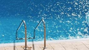 Scala delle barre di gru a benna nella piscina blu stock footage