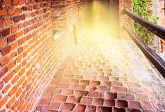 Scala dentro il castello di dove vediamo la luce alla conclusione fotografia stock