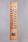 Scala di legno del termometro isolata su fondo bianco Fotografia Stock Libera da Diritti