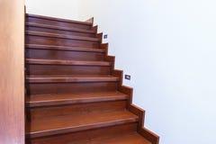 Scala di legno interna di nuova casa Immagine Stock