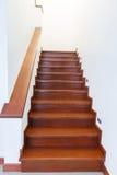 Scala di legno interna di nuova casa Fotografie Stock