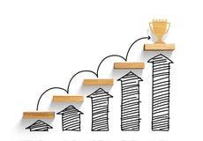 Scala di legno per raggiungere scopo e vincere trofeo con il grafico e la freccia di aumento immagine stock libera da diritti