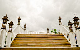 Scala di legno sopra il cielo grigio Immagini Stock
