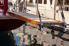 Scala di legno sull'yacht marino che resta nel porto Fotografie Stock