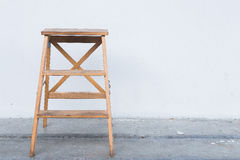 Scala di legno sulla parete bianca con il pavimento di legno d'annata Fotografia Stock