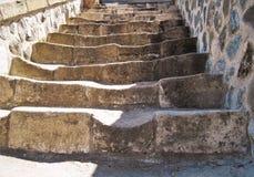 Scala di pietra antica che va su, vecchia costruzione Immagine Stock Libera da Diritti