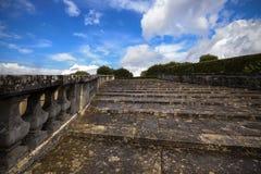 Scala di pietra antica con i balaustri che portano diritto in fotografia stock libera da diritti