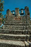 Scala di pietra con l'inferriata del ferro e le campane bronzee fotografia stock libera da diritti