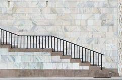 Scala di pietra di marmo e rossa a Milano vicino alla cattedrale Fotografia Stock Libera da Diritti