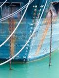 Scala di profondità sull'arco della nave ancorata in azzurro grungy Fotografie Stock Libere da Diritti