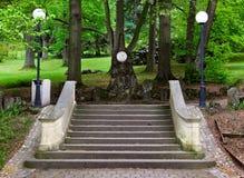 Scala di Trutnov in un parco con un ritratto del poeta Schiller Fotografie Stock