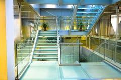 Scala di vetro con il pavimento di vetro Fotografie Stock