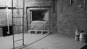 Scala e parete in bianco e nero video d archivio