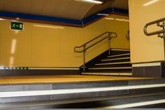 Scala gialla orizzontale nella stazione di metro nella m. Fotografia Stock