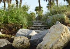 Scala irregolari della roccia alla spiaggia Fotografia Stock