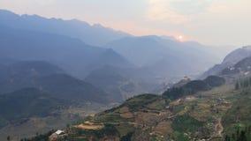 Scala a libretto piantata sulla collina con nebbia e la montagna nei precedenti di estate nel crepuscolo nel PA del Sa, Vietnam Immagini Stock