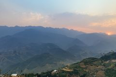 Scala a libretto piantata sulla collina con nebbia e la montagna nei precedenti di estate nel crepuscolo nel PA del Sa, Vietnam Immagine Stock