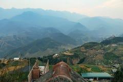 Scala a libretto piantata sulla collina con nebbia e la montagna nei precedenti di estate nel crepuscolo nel PA del Sa, Vietnam Fotografia Stock Libera da Diritti