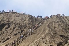 Scala lunga sulla sabbia nera sulla parete del vulcano di bromo Immagine Stock