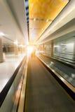 Scala mobile commovente in aeroporto fotografia stock