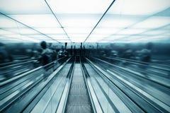 Scala mobile commovente in corridoio moderno immagine stock