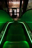 Scala mobile con illuminazione verde in un bello immagini stock