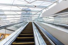 Scala mobile nel centro commerciale Fotografie Stock Libere da Diritti
