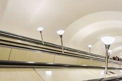 Scala mobile nel sottopassaggio Fotografia Stock Libera da Diritti