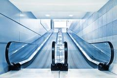 Scala mobile speciale in centro commerciale moderno Immagini Stock Libere da Diritti