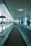 Scala mobile in terminale di aeroporto fotografia stock libera da diritti