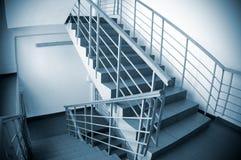 Scala nell'edificio per uffici Immagini Stock Libere da Diritti