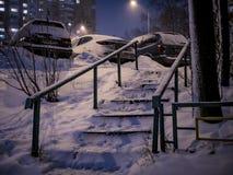 Scala nevosa della città di notte all'inverno Immagini Stock Libere da Diritti
