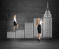 Scala rampicante della città della donna di affari Immagini Stock