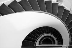Scala a spirale in bianco e nero Immagine Stock