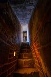 Scala stretta nel castello medievale fotografie stock libere da diritti