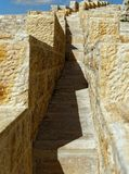 Scala strette sulla parete esterna di grande fortezza del crociato in Karak, Giordania fotografia stock libera da diritti