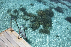 Scala sulla laguna blu Fotografia Stock Libera da Diritti