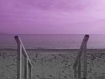 Scala sulla spiaggia sabbiosa rocciosa fotografia stock libera da diritti