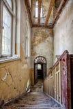 Scala in una casa abbandonata Fotografia Stock