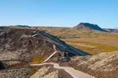 Scala verso il cratere della montagna di Grabrok in Islanda ad ovest immagine stock