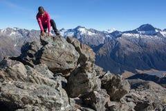 Scalando nelle montagne Immagine Stock