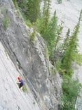 Scalando nelle montagne rocciose canadesi immagini stock libere da diritti