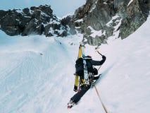 Scalata del ghiaccio: alpinista su un itinerario misto del duri della roccia e della neve Fotografia Stock Libera da Diritti