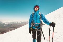 Scalata di montagna dell'alpinista dell'uomo Immagini Stock Libere da Diritti