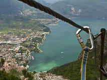 Scalata di montagna sopra un lago Immagine Stock