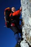Scalata di roccia dell'alpinista Immagini Stock