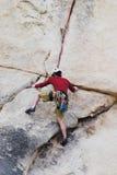 Scalata di roccia dell'uomo Fotografia Stock Libera da Diritti